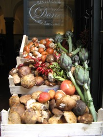 Kaiserling, Steinpilze Granatäpfel, Artischocken, Pfefferoni, Lorbeer. Rom,Italien